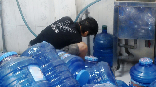 """Cảnh báo nước uống đóng chai """"rởm"""" gây hại cho sức khỏe"""