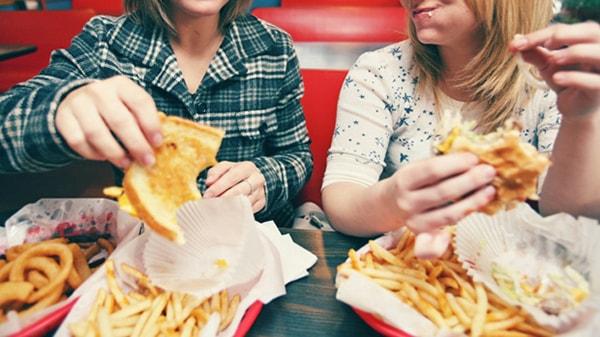 Ăn vặt là nguyên nhân của bệnh đau dạ dày