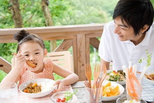 Trẻ cần có chế độ dinh dưỡng hợp lý để phát triển toàn diện