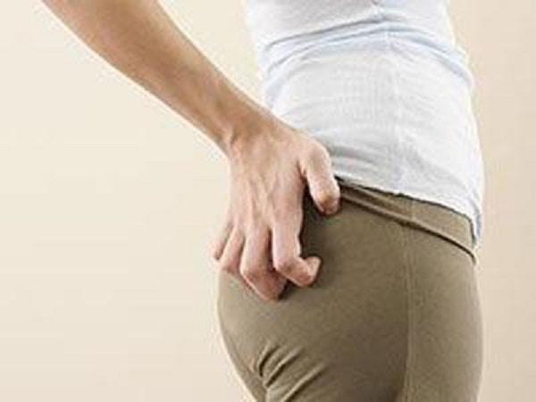 Cảm thấy nóng rát ở vùng da mông và đùi khi ngồi là bệnh gì?