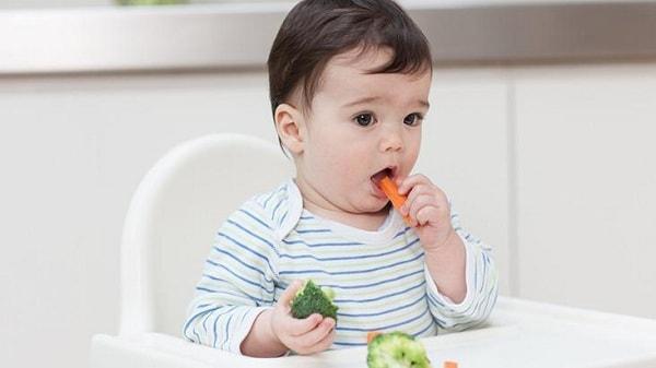 Tập cho trẻ cách tự ăn phần ăn của mình
