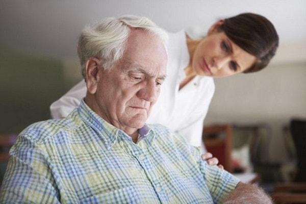 Triệu chứng và cách điều trị bệnh hoang tưởng ở người già 1