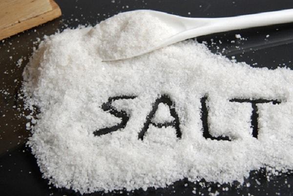 Không nên cho muối vào cháo ăn dặm của trẻ