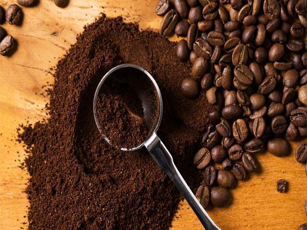 Cafe có pha tạp chất có màu đen thui và bết dính 2 bên thành ly