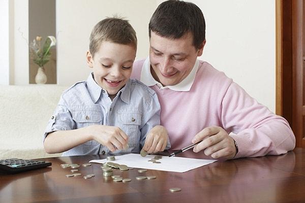 Bố mẹ nói cho trẻ nghe về giá trị của đồng tiền