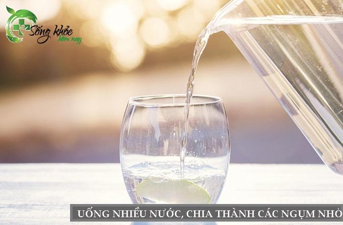 Uống nhiều nước giúp thanh lọc cơ thể, giảm mỡ bụng