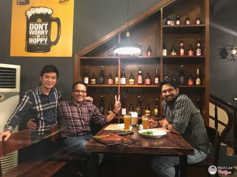 Nhâm nhi ly bia cùng bạn bè