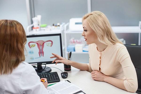 Bác sĩ phân tích kết quả khám cho người bệnh